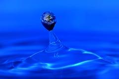 Tierra dentro de una gota del agua. Fotos de archivo