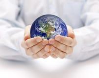 Tierra en el backgorund de las manos? creado en el picosegundo? Fotos de archivo