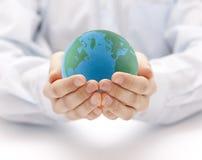 Tierra en el backgorund de las manos? creado en el picosegundo? Imagen de archivo