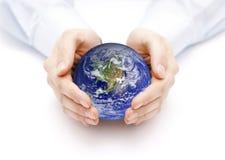 Tierra en el backgorund de las manos? creado en el picosegundo? Fotografía de archivo