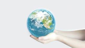 Tierra en el backgorund de las manos? creado en el picosegundo? almacen de metraje de vídeo