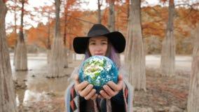 Tierra en el backgorund de las manos? creado en el picosegundo? metrajes