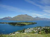 Tierra en el medio del agua en Nueva Zelanda 1 Fotos de archivo