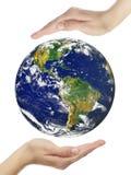 Tierra en manos Fotografía de archivo