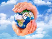 Tierra en manos Imagen de archivo libre de regalías
