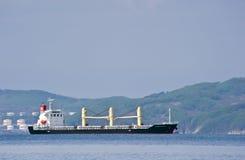 Tierra gloriosa del carguero de graneles en los caminos Bahía de Nakhodka Mar del este (de Japón) 17 05 2014 Fotografía de archivo