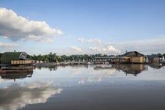 Tierra inundada con las casas flotantes en Sava River - nueva Belgrado - Imagen de archivo libre de regalías