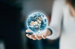 Tierra a mano, mundo y ambiente fotografía de archivo libre de regalías