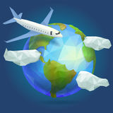Tierra polivinílica baja del planeta, avión en el cielo con las nubes Foto de archivo