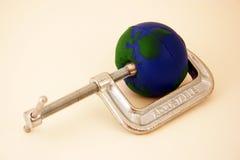 Tierra que es exprimida por la abrazadera Imagen de archivo libre de regalías