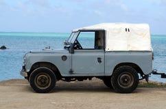 Tierra Rover Series II 88 en el cocinero Islands de la laguna de Aitutaki Imágenes de archivo libres de regalías