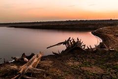 Tierra seca agrietada sin el agua abstraiga el fondo Fotos de archivo