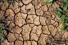 Tierra seca o fondo de tierra agrietado imágenes de archivo libres de regalías