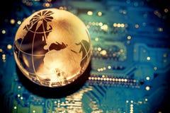 Tierra transparente del globo del mundo en la placa madre del ordenador Concepto del negocio de las comunicaciones globales enton foto de archivo