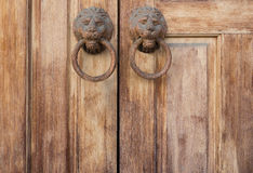 Tierra trasera de la puerta y del golpeador de madera antiguos Imagen de archivo