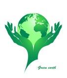 Tierra verde en manos femeninas. Fotografía de archivo