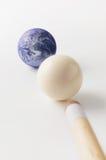Tierra y bolas de piscina blancas con el palillo Foto de archivo