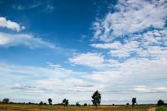 Tierra y cielo azul Fotografía de archivo