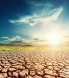 Tierra y cielo del desierto con puesta del sol Fotografía de archivo libre de regalías