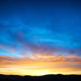 Tierra y cielo dramático fotos de archivo