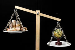 Tierra y dinero en dos Pan Balance Imagen de archivo