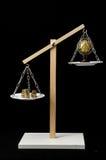 Tierra y dinero en dos Pan Balance Imágenes de archivo libres de regalías