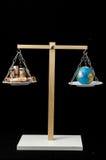 Tierra y dinero en dos Pan Balance Fotografía de archivo libre de regalías