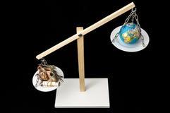 Tierra y dinero en dos Pan Balance Fotografía de archivo