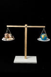 Tierra y dinero en dos Pan Balance Imagen de archivo libre de regalías