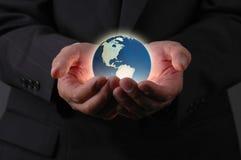 Tierra y manos Imagen de archivo