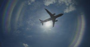 Tierras de Airbus en un aeropuerto almacen de video