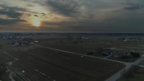 Tierras de cultivo de Amish en la puesta del sol en un d?a de invierno tempestuoso seg?n lo visto por un abej?n metrajes