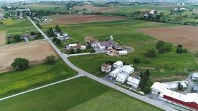 Tierras de cultivo de Amish en primavera según lo visto por un abejón almacen de metraje de vídeo