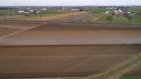 Tierras de cultivo de Amish que están listas por una nueva estación de crecimiento según lo visto por un abejón almacen de metraje de vídeo
