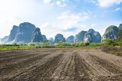 Tierras de labrantío cerca del Li-Río en Yangshuo, China Imagen de archivo libre de regalías
