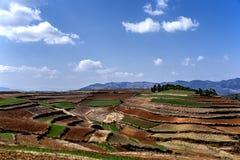 Tierras de labrantío rojas de la tierra en Dongchuan, China Fotos de archivo libres de regalías
