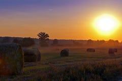 Tierras de labrantío y la puesta del sol magnífica. Foto de archivo libre de regalías