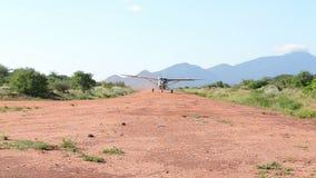Tierras de los aviones ligeros en pista arenosa metrajes