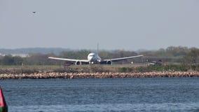 Tierras del aeroplano en un aeropuerto de Nueva York almacen de video
