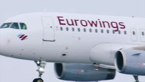 Tierras del avión de Eurowings en el aeropuerto MUC de Munich almacen de video