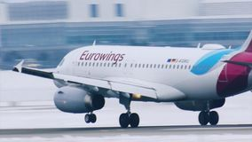 Tierras del avión de Eurowings en el aeropuerto MUC de Munich almacen de metraje de vídeo