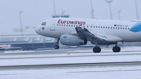 Tierras del avión de Eurowings en el aeropuerto MUC de Munich metrajes