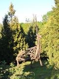 Tierrotwild gemacht vom trockenen Baum, Litauen Lizenzfreies Stockfoto