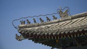 Tierstatuen auf Tempeldach Stockfoto