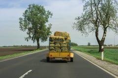 Tierstroh transportiert in den Anhänger auf der Straße Stockfotos