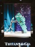 tiffany美国co公司珠宝的银器 豪华购物商店窗口门面准备好Chri 免版税库存照片
