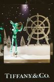 tiffany美国co公司珠宝的银器 豪华购物商店窗口门面准备好Chri 库存照片