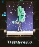 tiffany美国co公司珠宝的银器 豪华购物商店窗口门面准备好Chri 库存图片