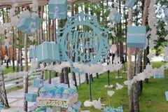 Tiffany Candy Bar för tappningtecken` ` med gåvaaskar och kakor royaltyfri bild
