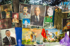 TIFLIS, GEORGIA - 6. August 2016 - Sammlungen die Weinlesesowjetunions-Bilder in der Flohmarkt Lenin, Stalin stockbild